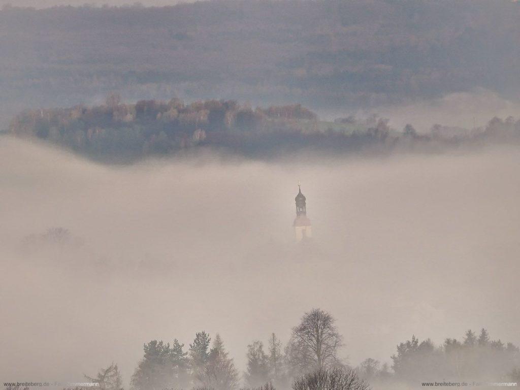 Großschönaus Kirchturm im Nebel